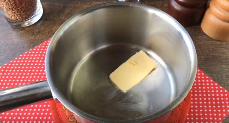 В сотейник выкладываем кусочек сливочного масла.