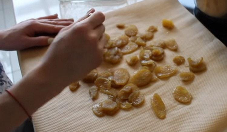 Раскладываем кусочки имбиря на пергаменте подсыхать, посыпав их сахаром.