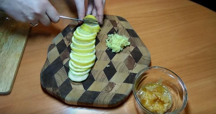Режем кружочками лимон.