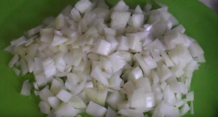 Мелким кубиком нарезаем лук.
