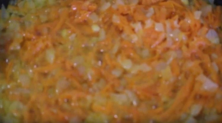 Добавляем к луку морковь, пассеруем овощи.