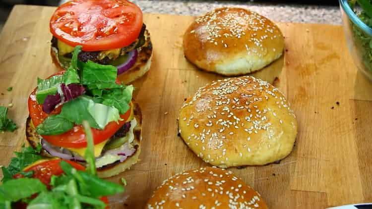 Для приготовления гамбургера выложите слоями начинку