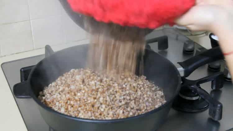 Для приготовления гречки с грибами и луком обжарьте гречку