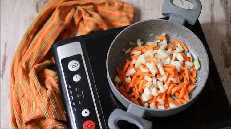 Для приготовления гречки обжарьте овощи