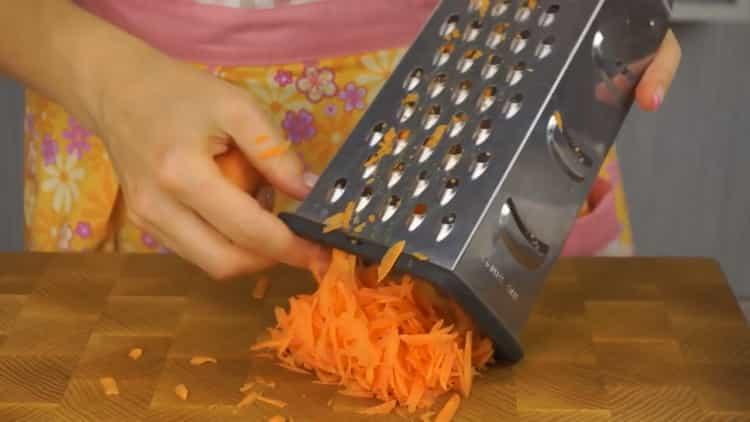 Для приготовления блюда натрите морковь
