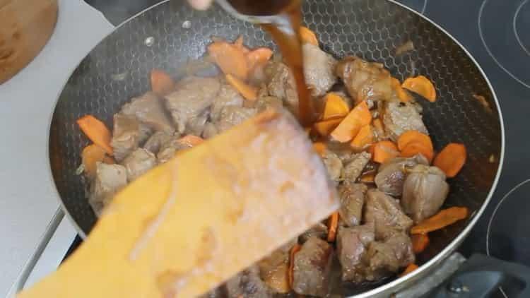 Для приготовления блюда добавьте соус