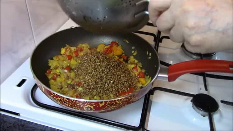 Для приготовления гречки добавьте гречку