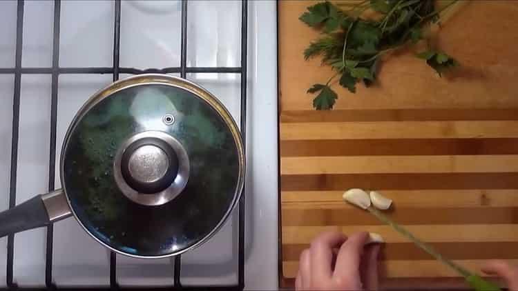 Для приготовления блюда накройте ингредиенты крышкой