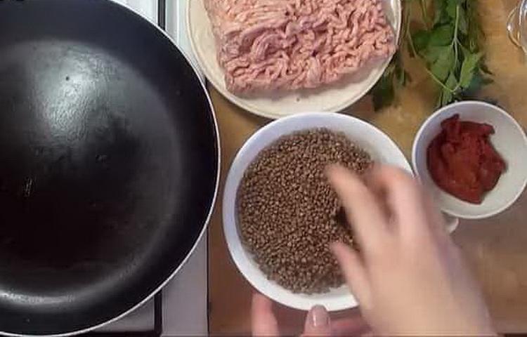 Как готовится гречка с фаршем на сковороде