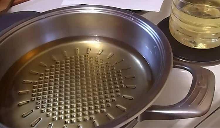Для приготовления пирожков разогрейте сковородку