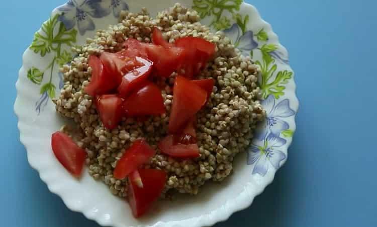 Для приготовления блюда нарежьте помидоры