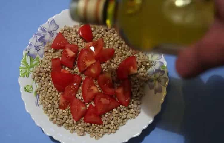 Для приготовления блюда добавьте оливковое масло