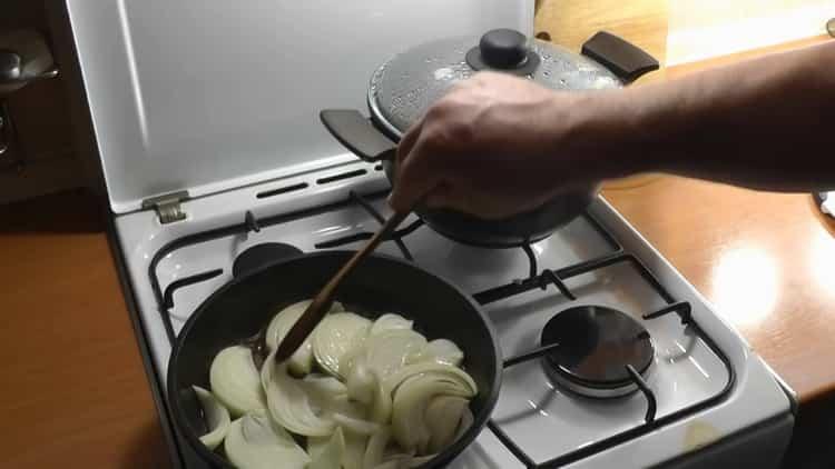 Для приготовления каши обжарьте лук