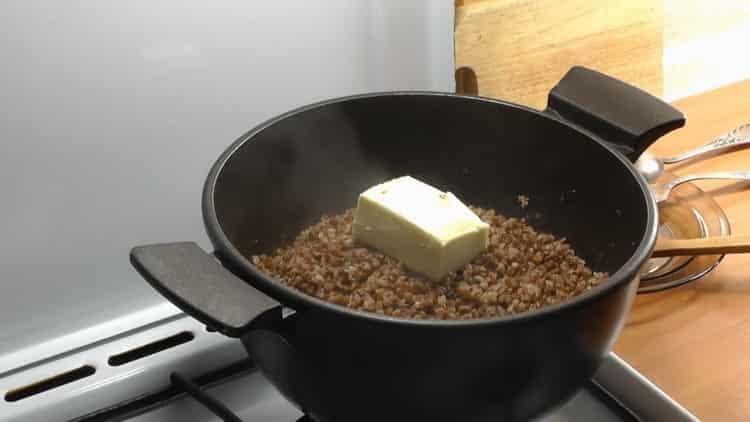 Для приготовления каши добавьте масло в крупу