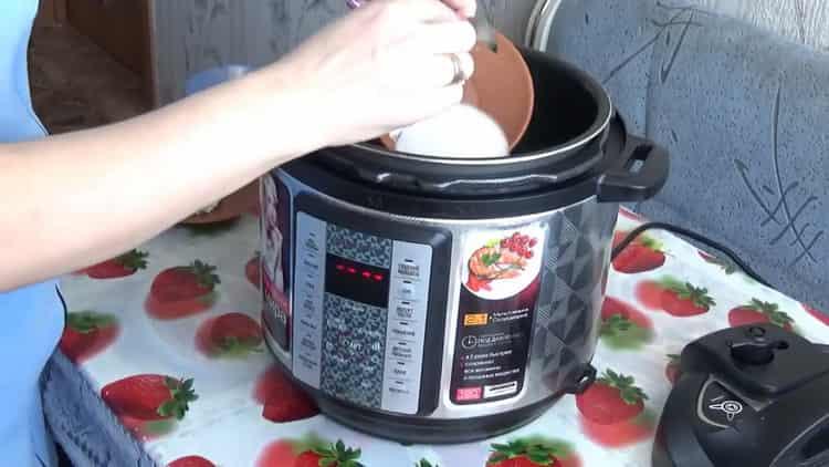 Для приготовления каши добавьте масло