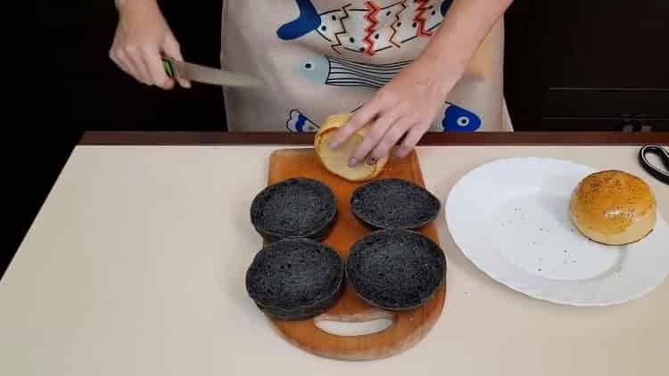 Для приготовления соуса нарежьте булочки