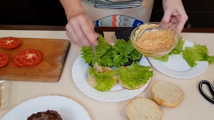 Для приготовления бургеров, смажьте булочку соусом