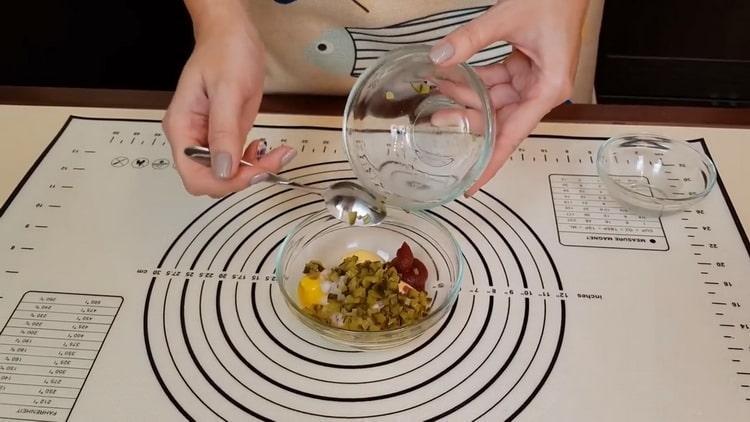 Для приготовления соуса нарежьте огурцы