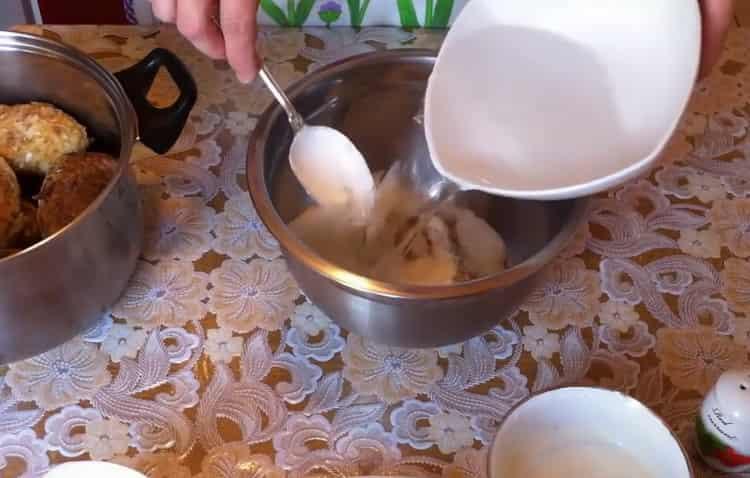 Для приготовления голубцов добавьте воды