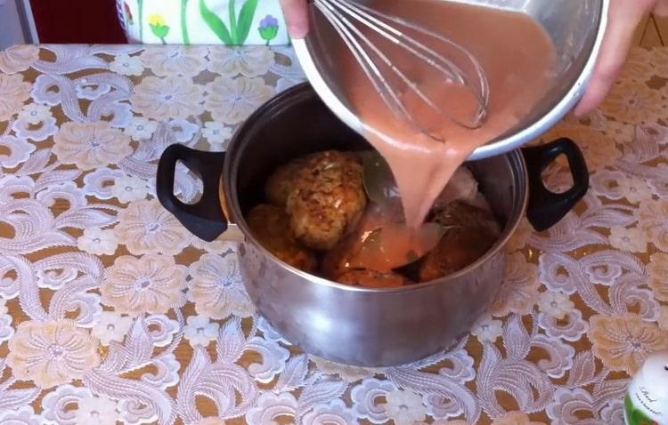 Для приготовления голубцов залейте котлеты соусом