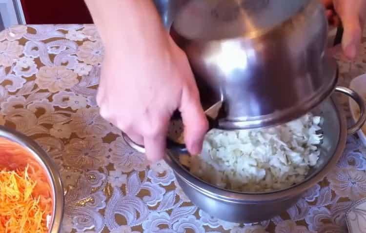 Для приготовления голубцов смешайте ингредиенты