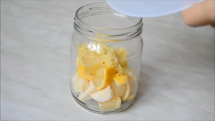 Для приготовления смеси нарежьте ингредиенты