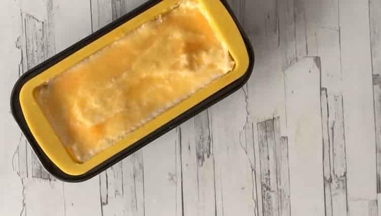 Для приготовления пудинга смажьте манку желтком
