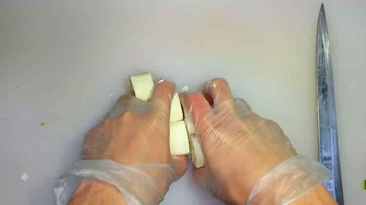 Для приготовления тортильи нарежьте рулет