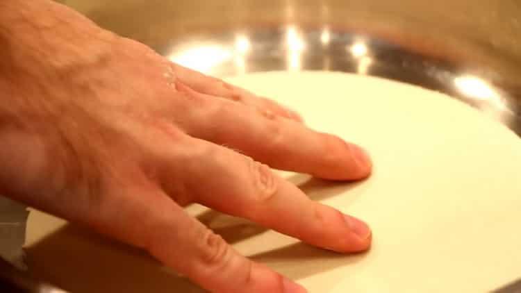 Для приготовления тортильи разогрейте сковородку