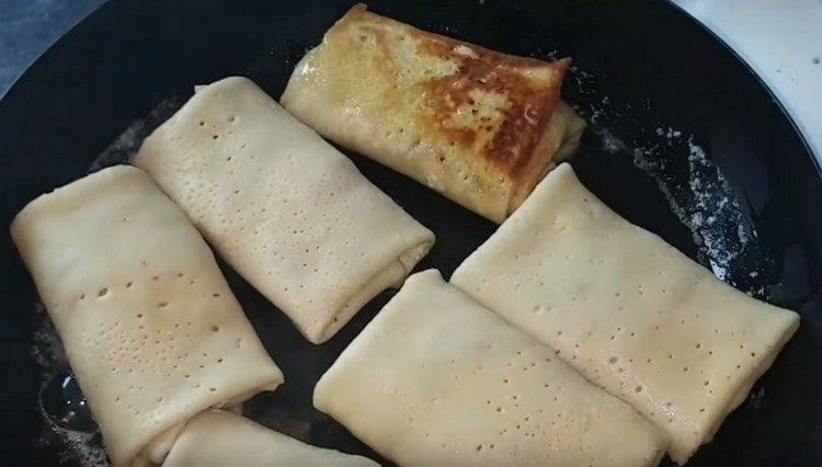 Практически готовые блинчики обжариваем на сливочном масле.