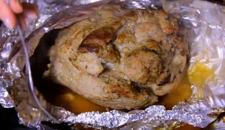 Почти готовое мясо разворачиваем и даем ему подрумяниться без фольги.