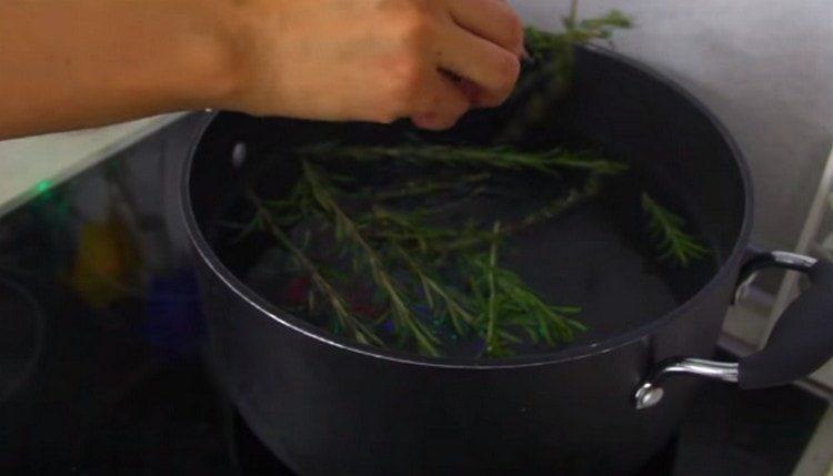 Готовим маринад: в кипящую воду добавляем розмарин.