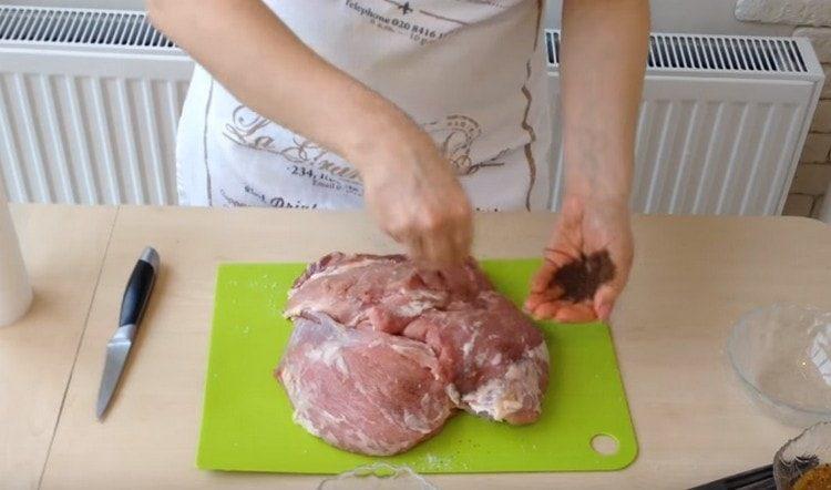 натираем мясо солью и перцем.