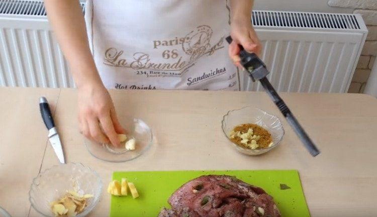 Готовим маринад на основе горчицы в зернах и чеснока.