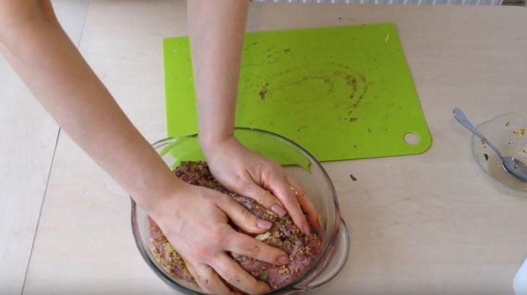 Укладываем мясо в глубокую емкость и оставляем мариноваться.