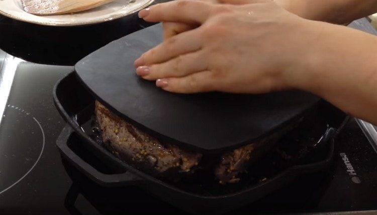 Сначала обжариваем будущую буженину с обеих сторон на сковороде.