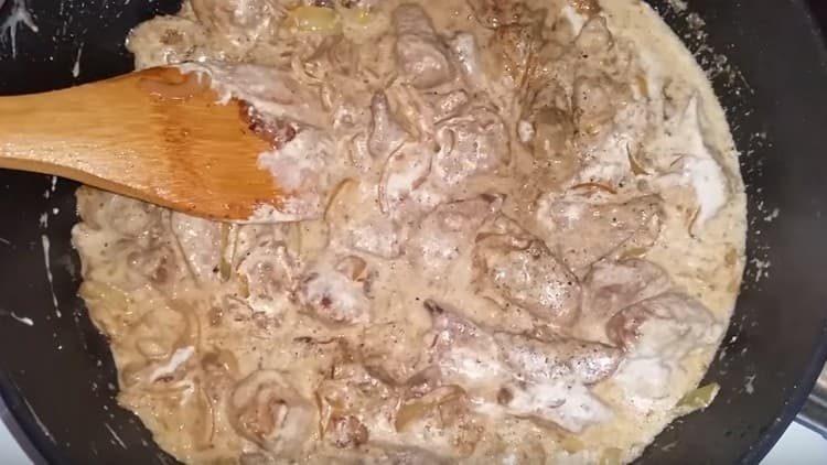 Говяжья печень в сметане получается очень вкусной.