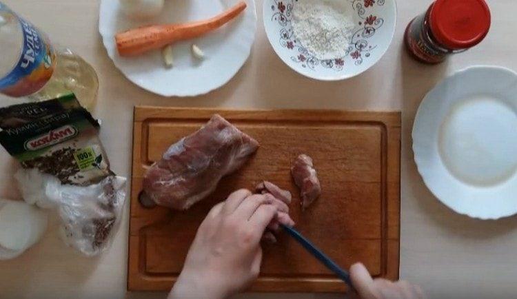Нарезаем свинину кусочками.