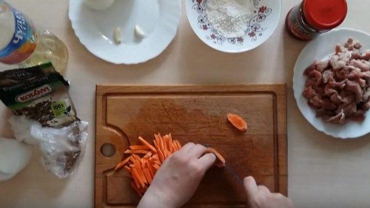 Морковь можно нарезать тонкой соломкой.
