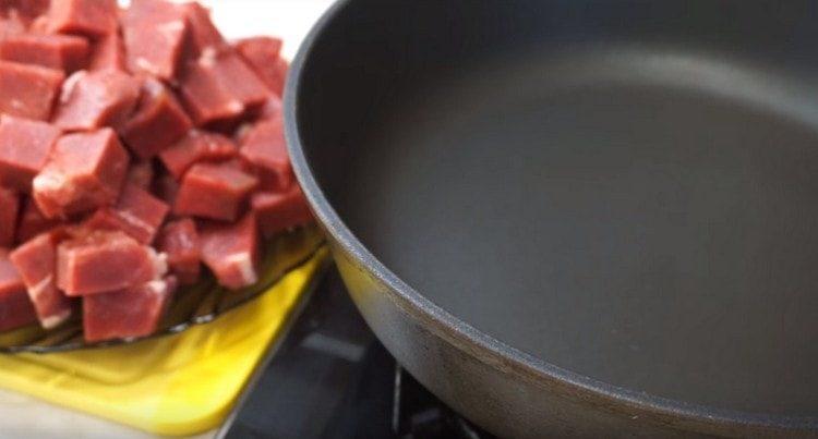 говядину нарезаем кусочками, разогреваем сковороду.