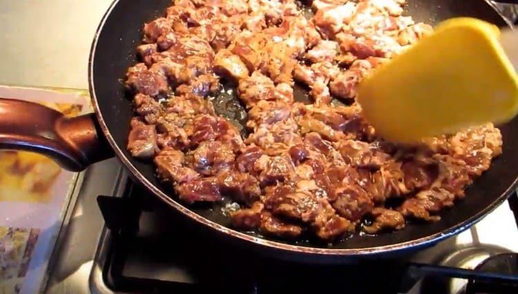 Выкладываем печень на сковороду и обжариваем.