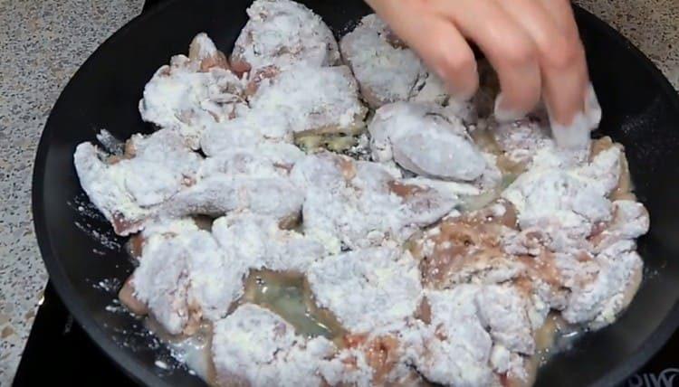 Панируем печень в муке и выкладываем на сковороду обжариваться.