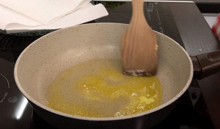 Разогреваем сковороду, наливаем растительное масло, добавляем кусочек сливочного.