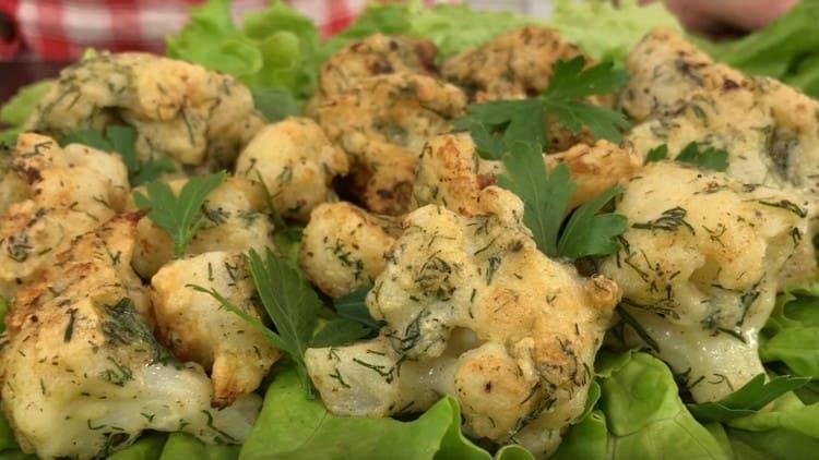 Подавать такую капусту можно на листьях салата.