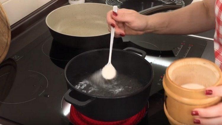 доводим до кипения волу в кастрюле, солим ее.