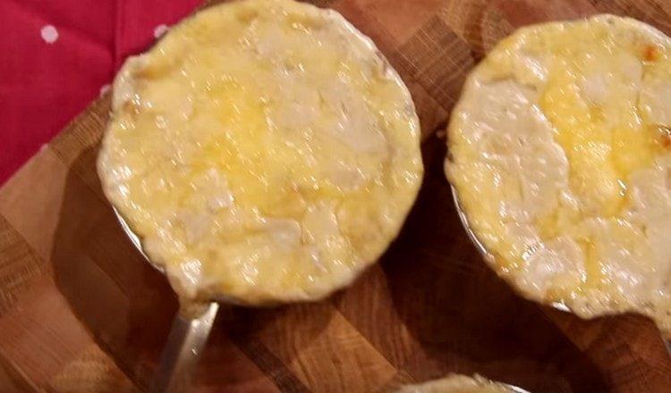 Жюльен из шампиньонов по классическому рецепту, как видите, готовится несложно.