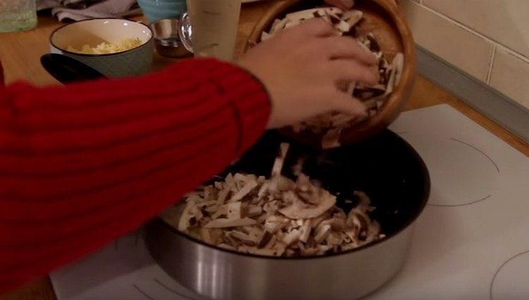 Добавляем к луку грибы.