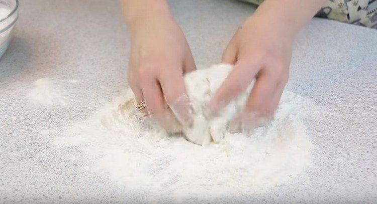 Вмешиваем тесто с добавлением муки.