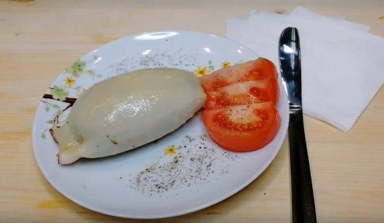 Кальмары, фаршированные рисом и грибами, получаются очень нежными и в то же время питательными.