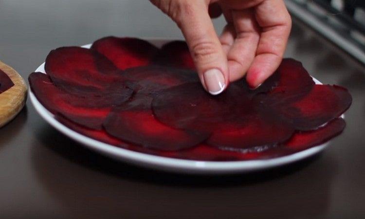 Красиво раскладываем слайсы свеклы на сервировочное блюдо.